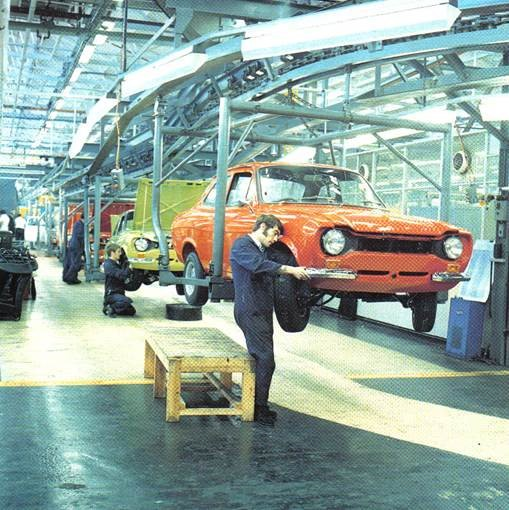 4.Linha de montagem na fábrica de Dagenham, na Inglaterra, em 1974, quando comemorou a produção do Ford Escort 2 milhões.