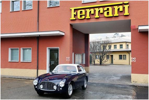Um feliz Daniel Sielecki deixa a Ferrari com seu 225E revivido
