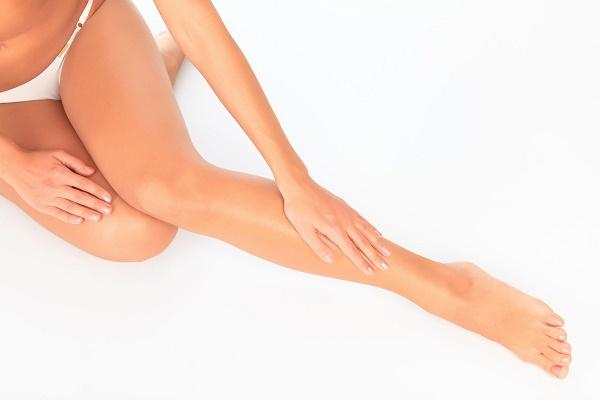 mulher-alisando-pernas