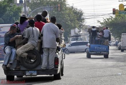 Passageiros em caçamba de picapes (foto El Nacional)